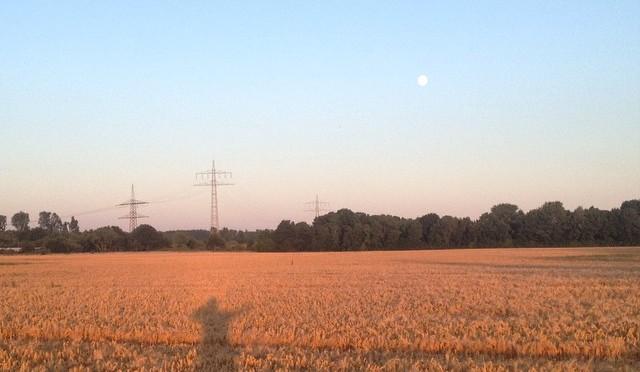 #Schattenspiel mit #Mond und #Feld in #Itter