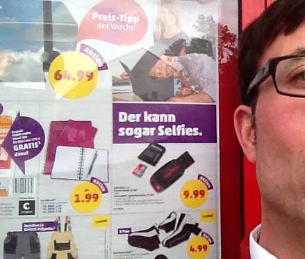 Der kann sogar #Selfies Drucker-Reklame vom #Penny-Markt. Ich musste schmunzeln.