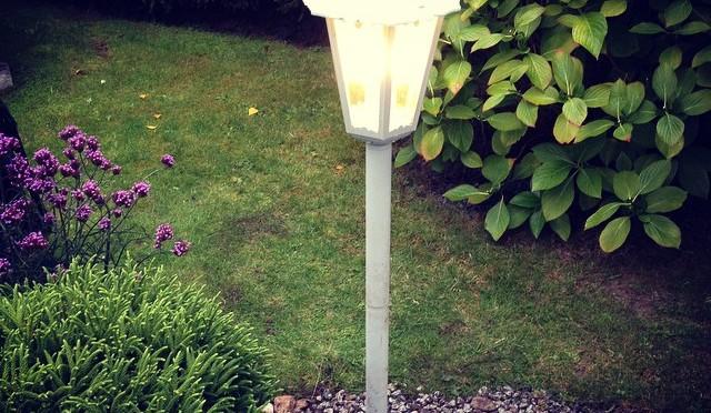 Werk des Tages: #Lampe im #Vorgarten aufstellen und mit Bewegungsmelder und Schalter verstromen.