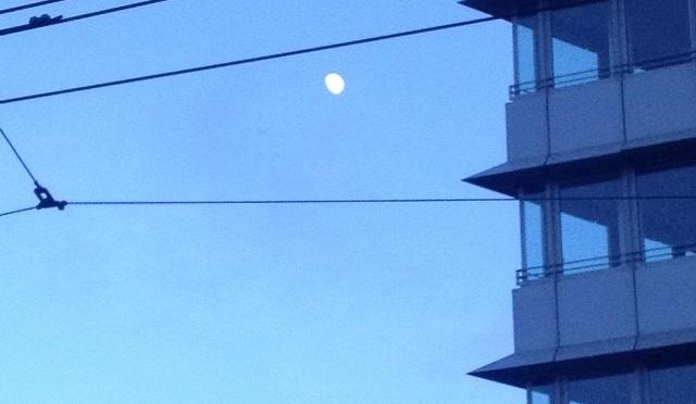#Mond neben Haus und Leitungen #Düsseldorf