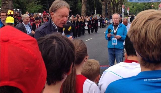 Herr Poschmann am Mikrofon beim #DUSMarathon